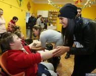 Down-szindrómás gyerekeket ajándékoztak meg az SZKKSE lányai   2013-12-19