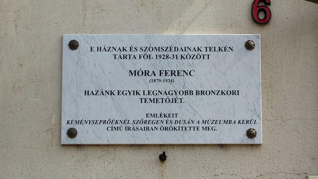 Móra Ferenc ásatásai emléktábla