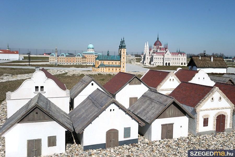 Rózsába öltözik a mórahalmi Mini Hungary Park Pünkösdkor