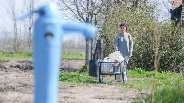 A kúthoz kézi kocsit is kaptak a víz szállításához. Fotó: Kuklis István, delmagyar.hu