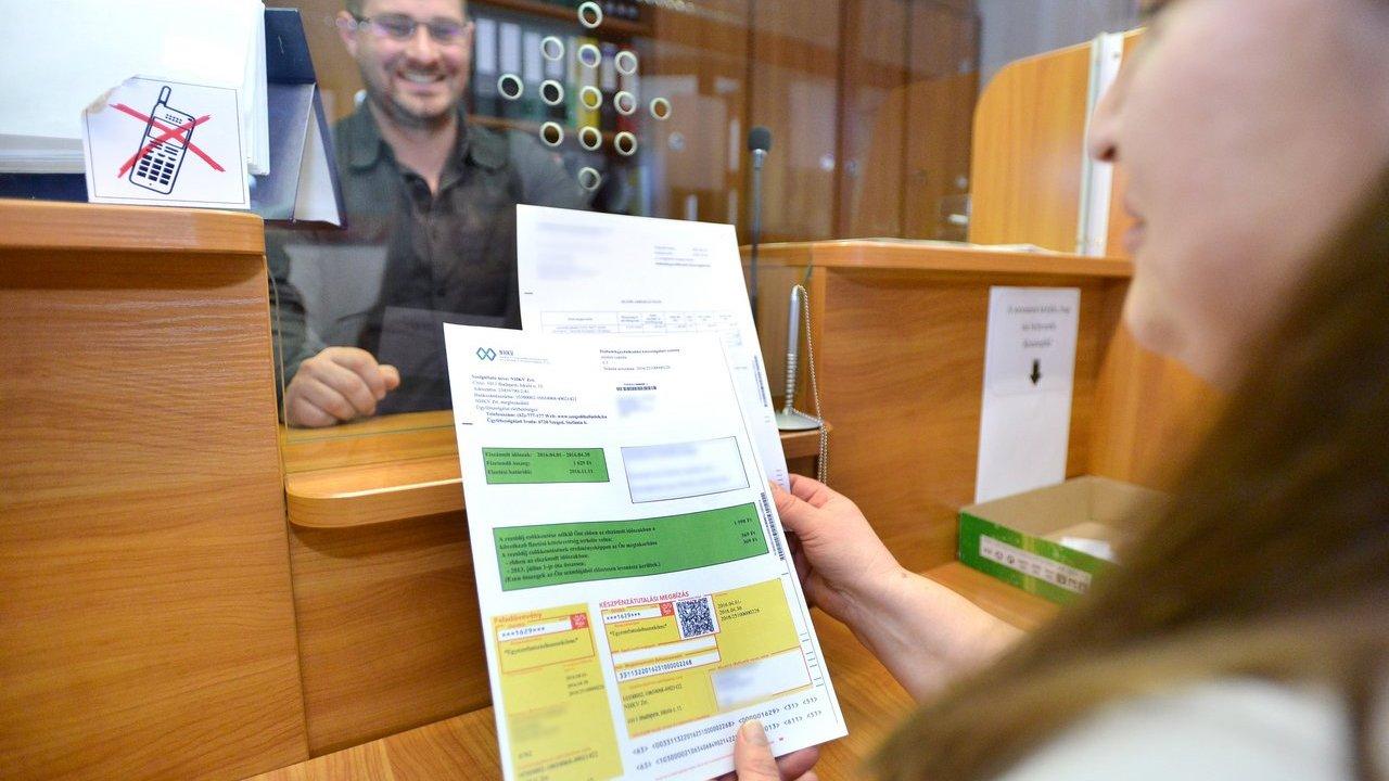 – Az első számlával tájékoztató levelet is küldünk – mutatja a tudnivalókat egy mintán Makra Gábor számlázási és ügyfélszolgálati csoportvezető. Fotó: Frank Yvette, delmagyar.hu