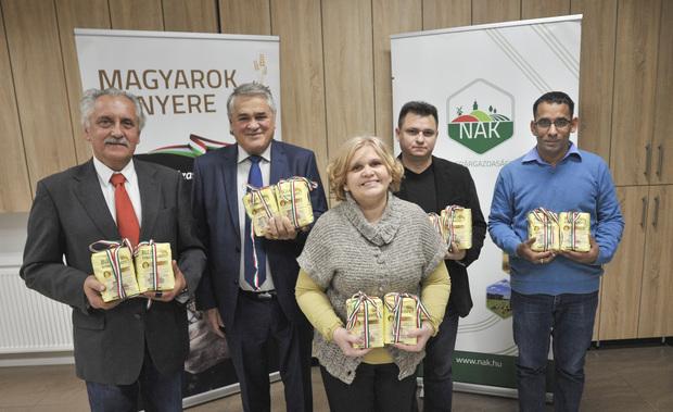 Sokaknak jut a magyarok kenyeréből: nyolc tonna lisztet osztanak szét a rászorulók között