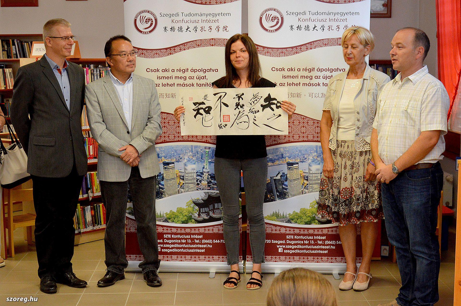 Csak néhány lépésre lesznek a kínai könyvek a szőregi iskolásoktól