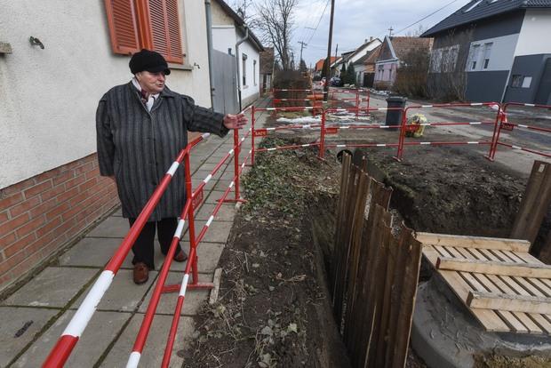 Lakatlan ház miatt áll a csatornaépítés Szőregen