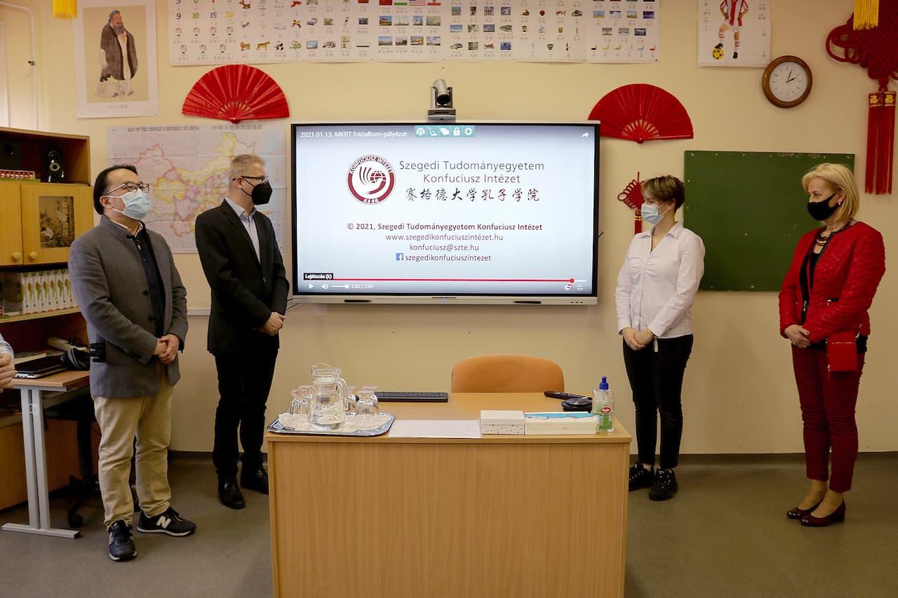 Multimédiás, interaktív eszközök átadása a Konfuciusz Tanterem részére