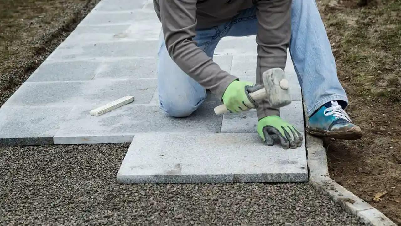 Építőanyaggal támogatja az önkormányzat a járdafelújítást